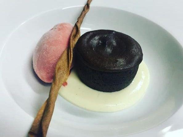 Coulant de chocolate, sopa de chocolate blanco y helado de fresa