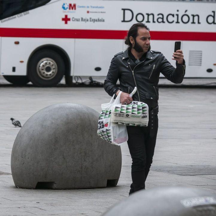 Persona haciendo una foto con su móvil en Sol