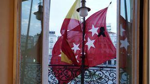 Bandera a media asta luto coronavirus