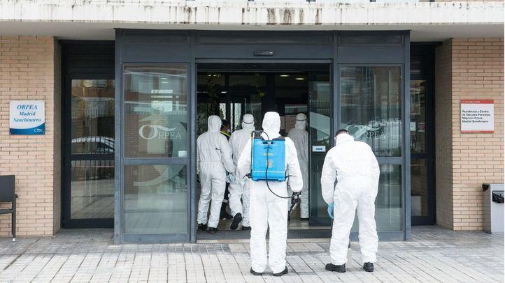 La UME entra a una residencia a desinfectar