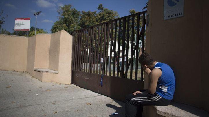 Un menor, delante de la entrada del Centro de Primera Acogida de Hortaleza