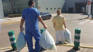 Batas solidarias con bolsas de basura para el personal sanitario de Madrid