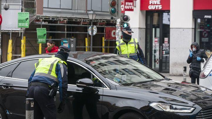 Más de 2.400 multas, 823 coches interceptados y 12 detenidos el martes