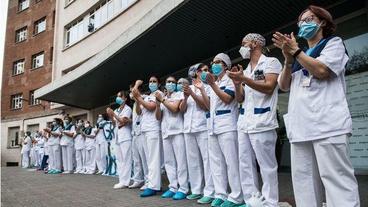 Sanitarios agradecen el homenaje que cada día se celebra en su honor en la Fundación Jiménez Díaz.