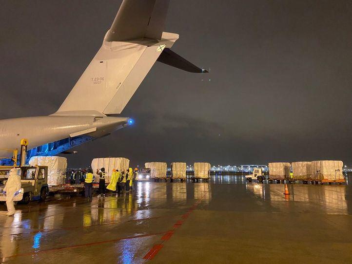 Varios trabajadores en Shangai cargan el avión del Ejército del Aire con material sanitario para luchar contra el Covid-19 .
