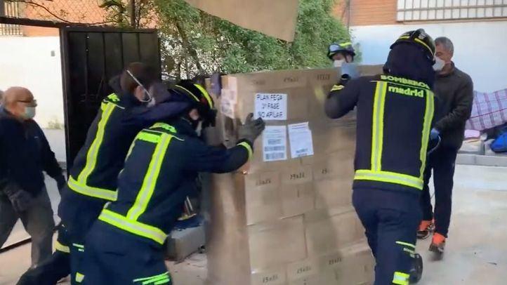 Bomberos de Madrid ayudan en el reparto de alimentos a los más necesitados