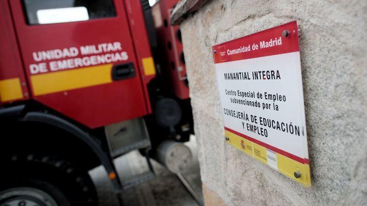 Un vehículo de la Unidad Militar de Emergencias desinfecta la Fundación Manantial.