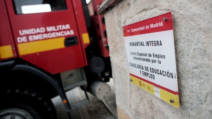Un vehículo de la Unidad Militar de Emergencias entra para desinfectar en la Fundación Manantial,