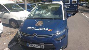 Uno de los coches patrulla, dañado por el individuo.