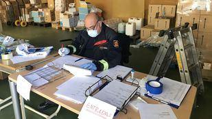 El centro logístico de IFISE reparte material entre residencias, hospitales y cuerpos de seguridad
