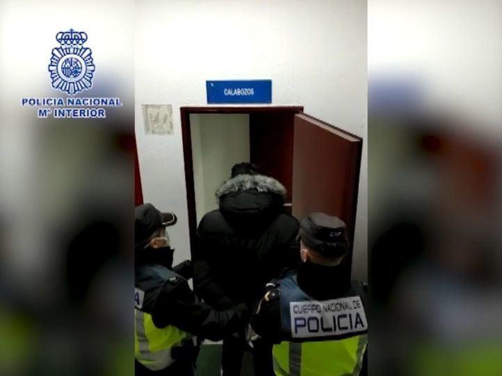 Imagen del detenido entrando en los calabozos