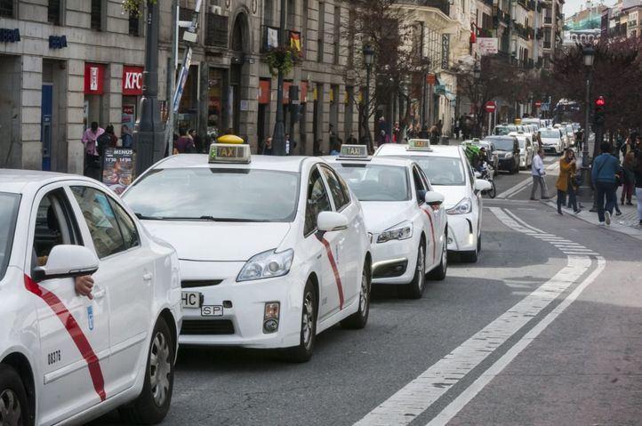 Los taxistas madrileños denuncian 'la pésima' gestión en el reparto de mascarillas