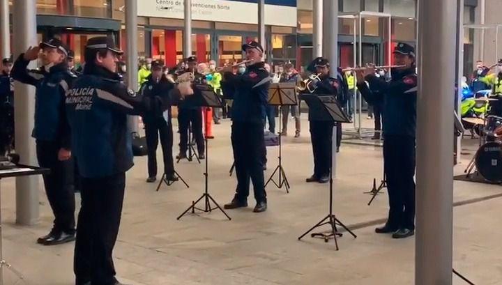Un concierto homenaje a las puertas del Hospital de IFEMA para levantar el ánimo