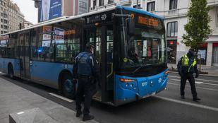 La Policia Municipal hace un control de pasajeros con autorización para ir al trabajo.