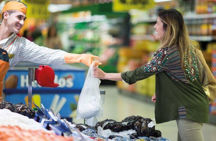 Empleado de la pescadería de un supermercado Mercadona