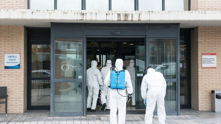 La Unidad Militar de Emergencias entra en una residencia para desinfectarla.