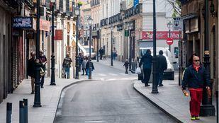Gente por la calle San Millán