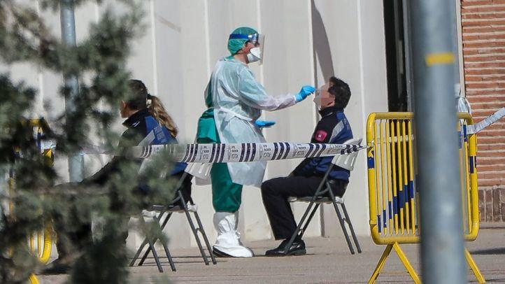 Policía sometiéndose a pruebas para el coronavirus