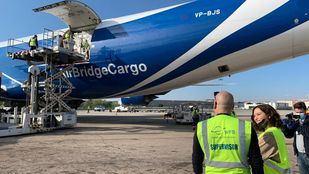 Aterriza en Barajas un tercer avión con material para los hospitales madrileños