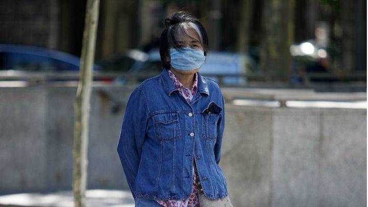 Una turista japonesa con mascarilla para evitar la contaminación atmosférica en el paseo de la Castellana, en una foto de archivo.