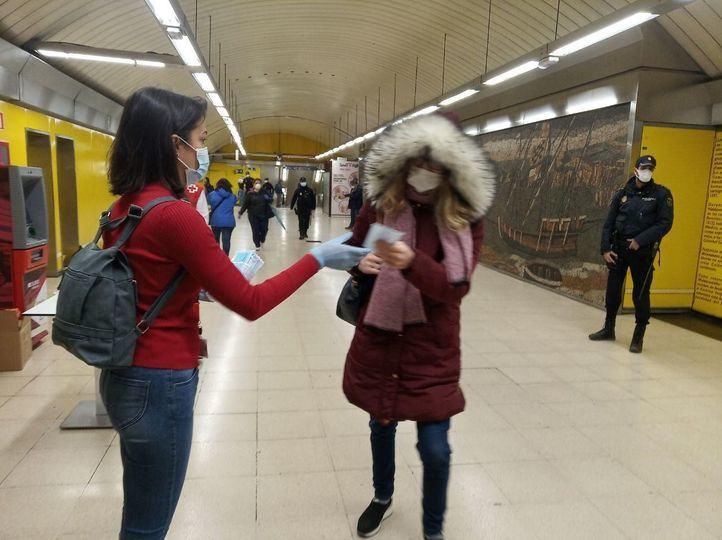 Reparto de mascarillas en el Metro