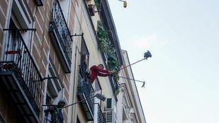 Los vecinos de Lavapiés sacan sus fregonas para limpiar la ciudad del virus