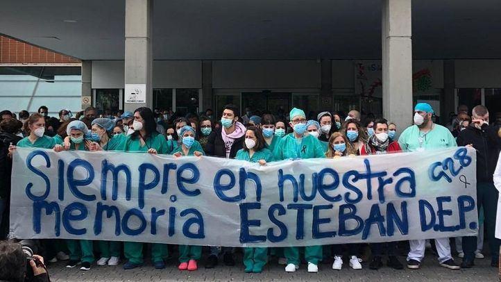 Trabajadores del Severo Ochoa rinden homenaje a Esteban, el enfermero fallecido por COVID-19