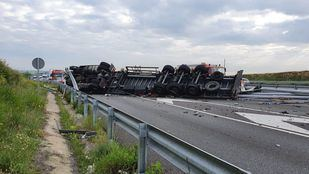 Cortada la A-5 en Móstoles por el vuelco de un camión, cuyo conductor está herido leve