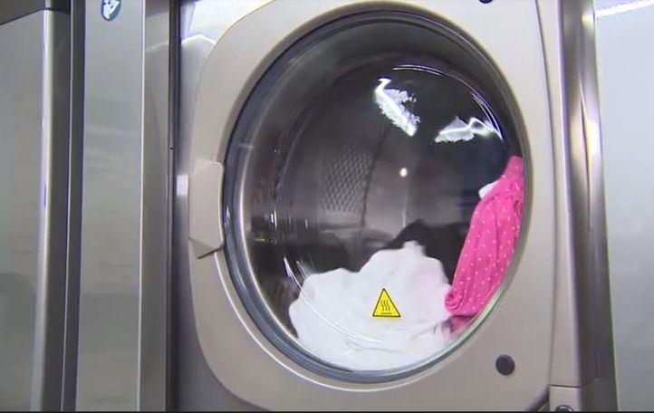 Una lavandería solidaria presta servicio gratis a trabajadores de supermercados y de las Fuerzas de Seguridad