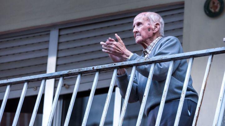 El vecino centenario que nunca falla al aplauso de las ocho