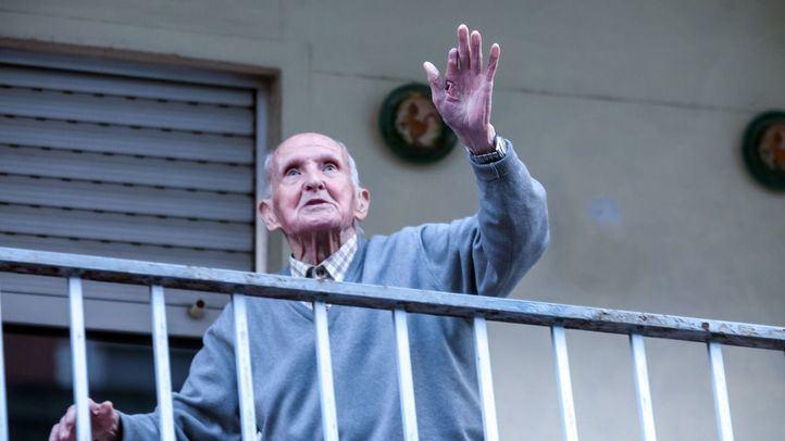 Gerardo sale cada día a las ocho a aplaudir a su balcón