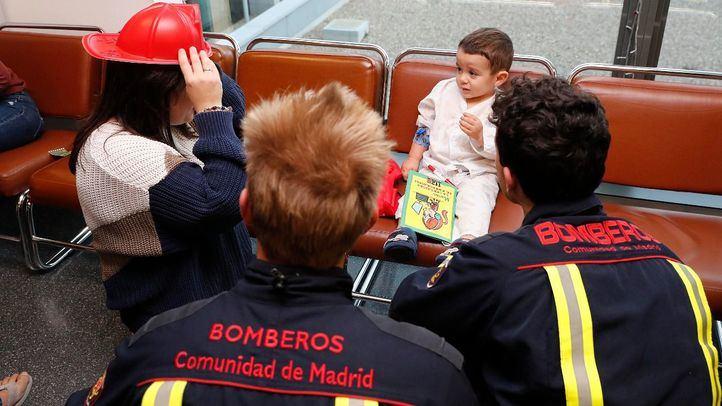 Bomberos de la Comunidad visitan a los niños hospitalizados en el Puerta de Hierro.