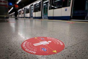 Metro coloca círculos rojos en sus estaciones para establecer distancia de seguridad entre usuarios