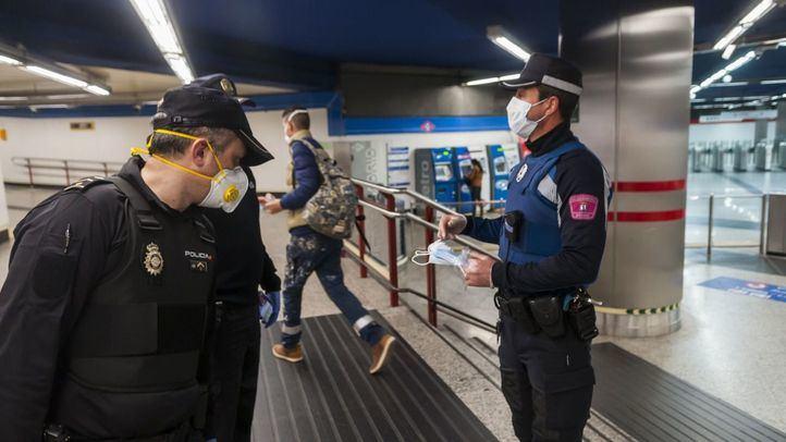 Policía Nacional reparte mascarillas en el Metro.