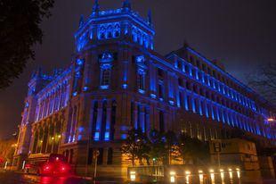 Cibeles y la Puerta de Alcalá se tiñen de azul en apoyo a los trabajadores esenciales