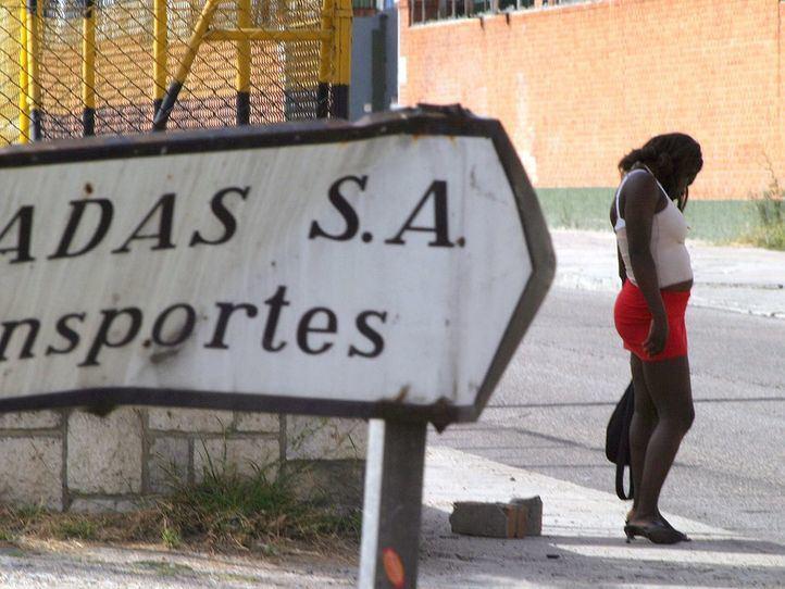 Prostitutas, manteros y limpiadoras del hogar: sin trabajo, sin ayudas y sin papeles
