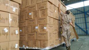 Cargamento de material sanitario en la base de Torrejón
