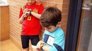 Dos niños comprueban sus pasos en sus podómetros
