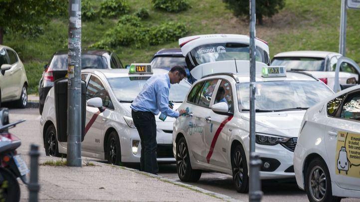 Taxista limpiando su coche