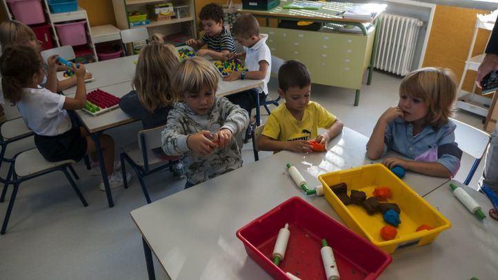 Niños en la escuela, en una foto de archivo