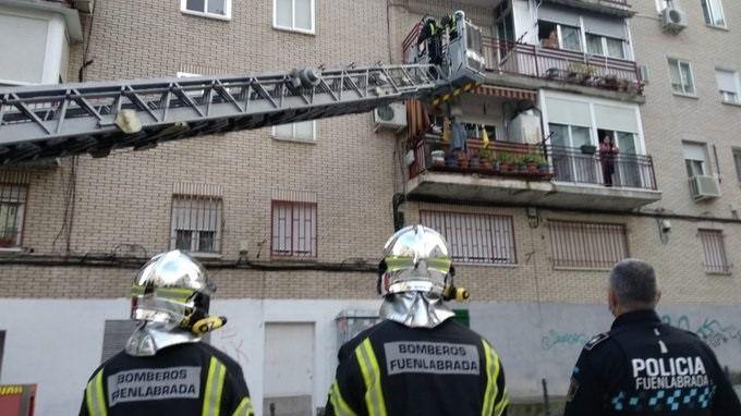 Los bomberos de Fuenlabrada rescatan a un hombre que se quedó encerrado en su terraza