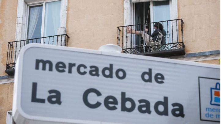 Mujer en un balcón en La Latina