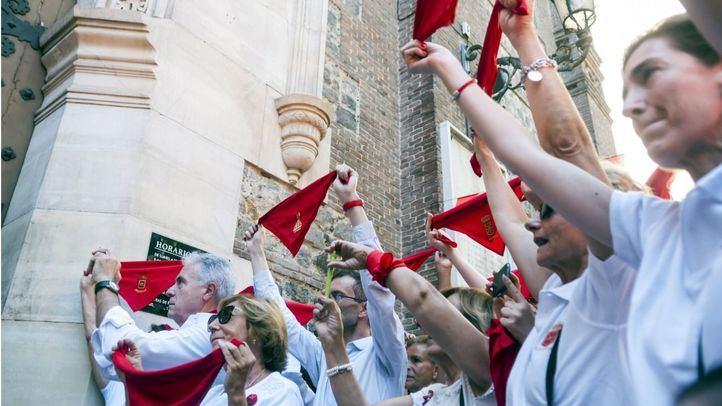 Los navarros de la capital celebrando San Fermín.