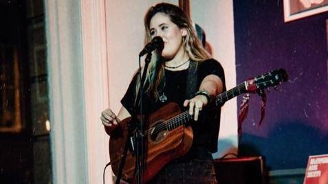 Carol Salmerón ofrece un concierto en directo
