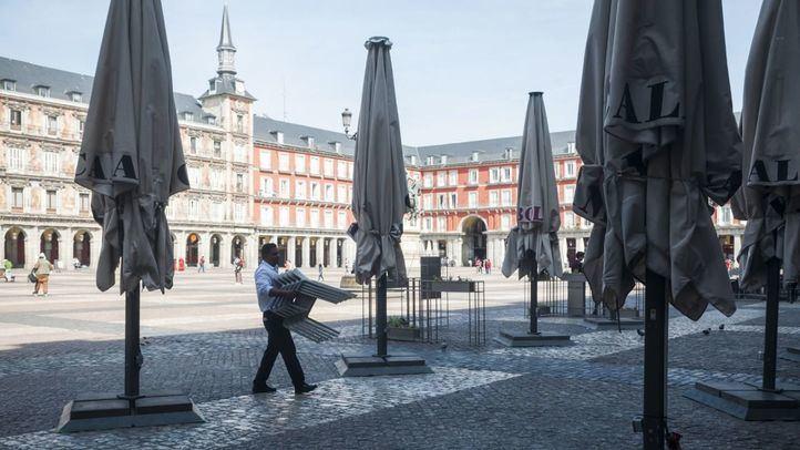 """Las asociaciones vecinales de Centro proponen reabrir la hostelería en """"espacios amplios y seguros"""" como Madrid Río"""