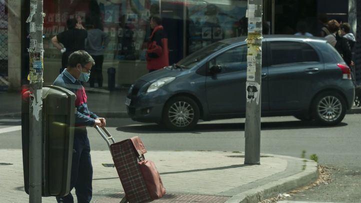 Gente haciendo la compra en el barrio de Carabanchel