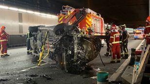 Los bomberos han tenido que rescatar al conductor del vehículo, que ha quedado atrapado dentro