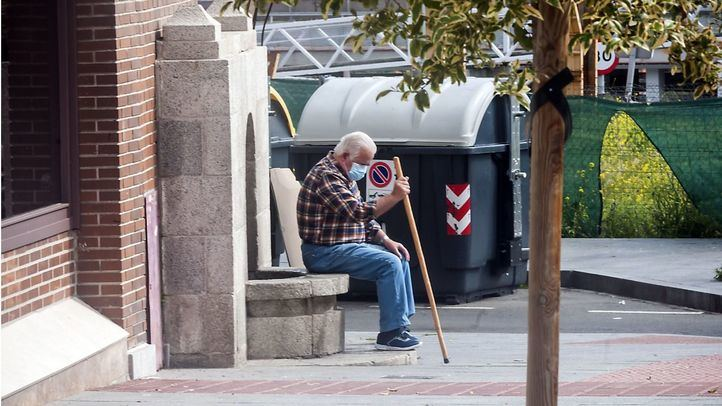 Señor sentado en la calle
