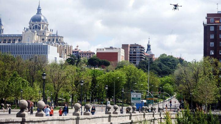 Personas paseando por el Puente de Segovia