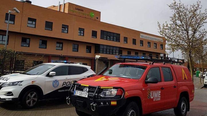 Vehículos de emergencia ante una residencia de mayores en Leganés.